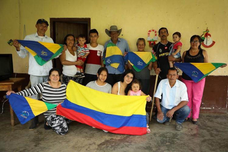 La famille brandissant les drapeaux du CIMA,  organisation visant à promouvoir les droits des paysans de la région, appuyée par notre partenaire ATI