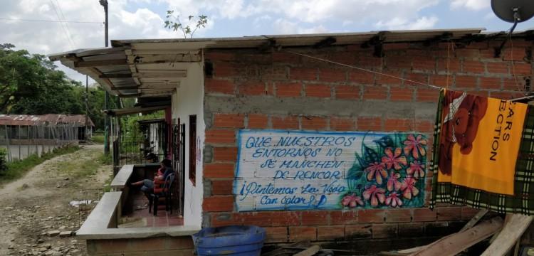 Une des peintures murales de San José de Apartadó qui masque les slogans terroristes. 'Pour ne pas laisser notre quartier pollué par la haine, nous donnons de la couleur à la vie'
