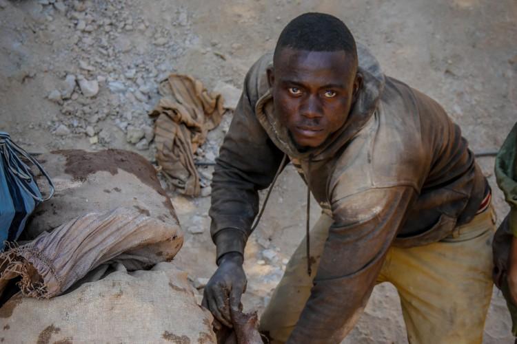 Le secteur minier artisanal compte environ 1 million de travailleurs et fournit 27% de la production du pays. Malgré ces chiffres, les principaux acteurs de ce travail pénible, les creuseurs, vivent dans la pauvreté.