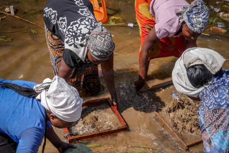 Les femmes ou « mamans », comme on les surnomme en RDC, lavent et trient les minerais. Elles travaillent dans la chaleur, les pieds dans l'eau, portent des objets lourds et se tiennent courbées durant de nombreuses heures.