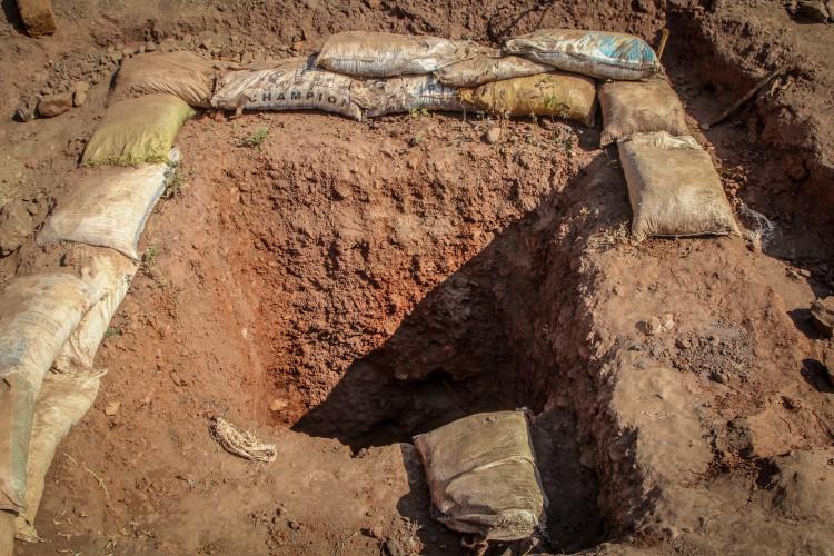 Les creuseurs travaillent dans des conditions déplorables : ils creusent des trous de 20-30 mètres de profondeur, sans outils appropriés. Les risques d'éboulements sont par conséquent très élev&eacute